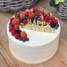 Торт без глютена с цветами и ягодами