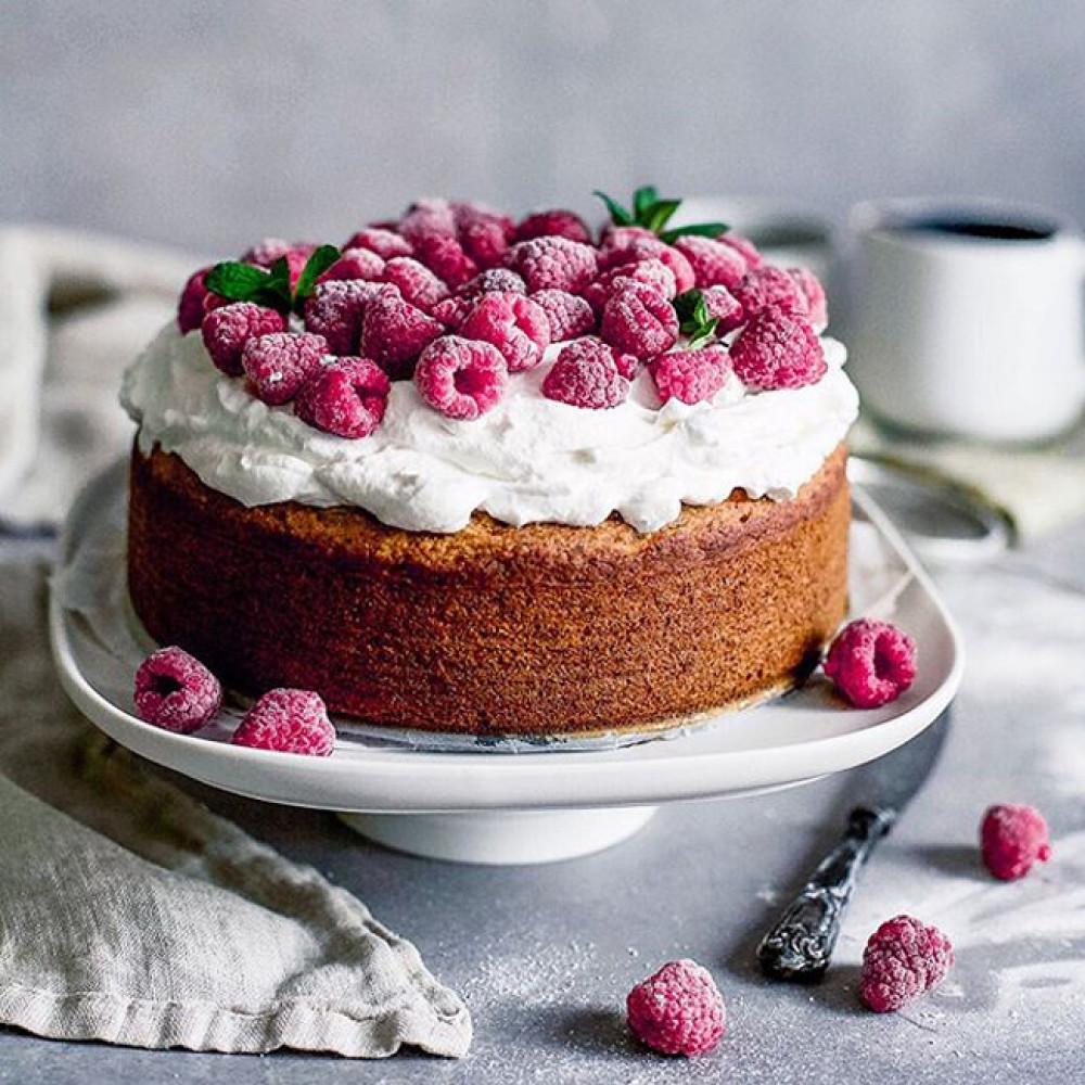 Торт без глютена с малиной