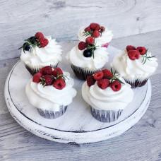 Капкейки на юбилей с ягодами