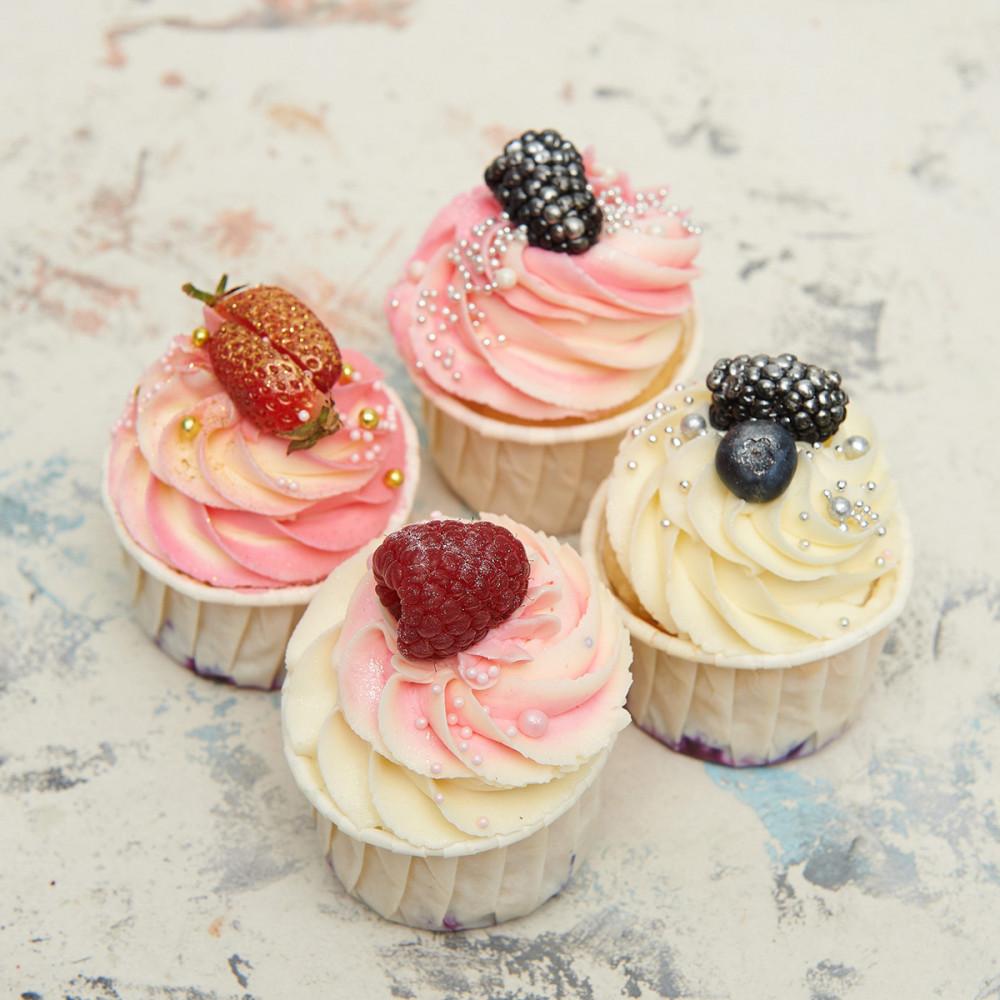 Свадебные капкейки с ягодами