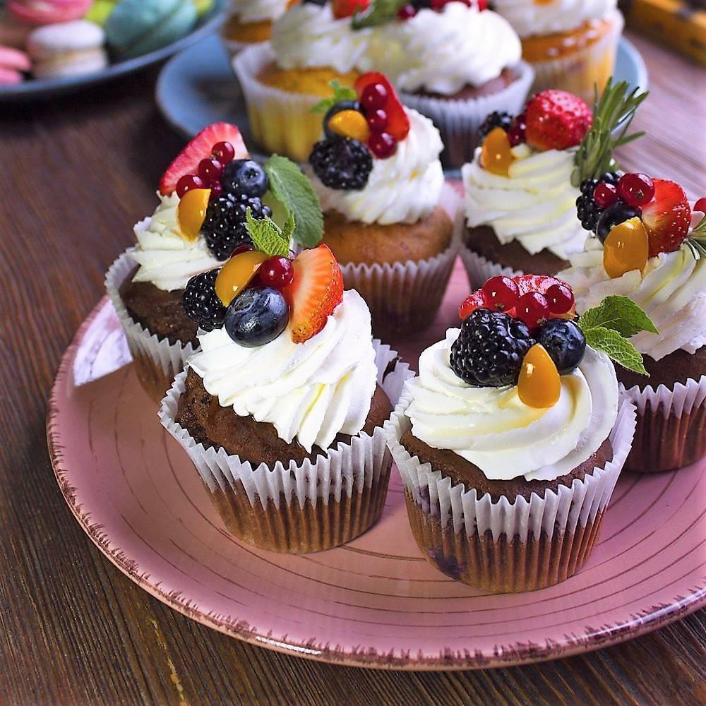 Свадебные капкейки со свежими ягодами