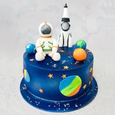 Торт с ракетой и космонавтом