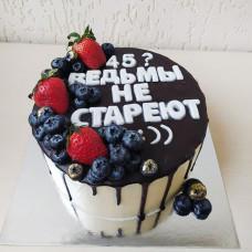 Торт ведьмы не стареют с ягодами