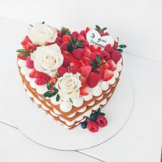 Торт сердце с ягодами