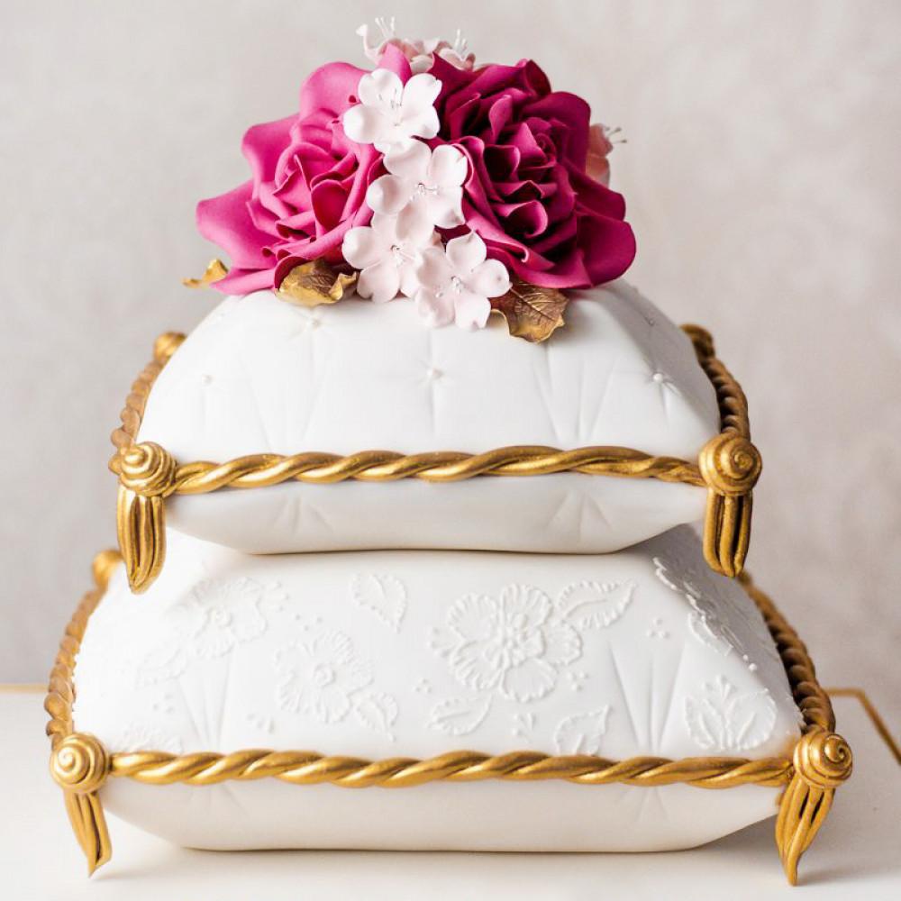 Двухъярусный торт на свадьбу с подушками
