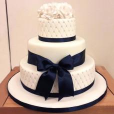 Свадебный торт со стразами и бантом