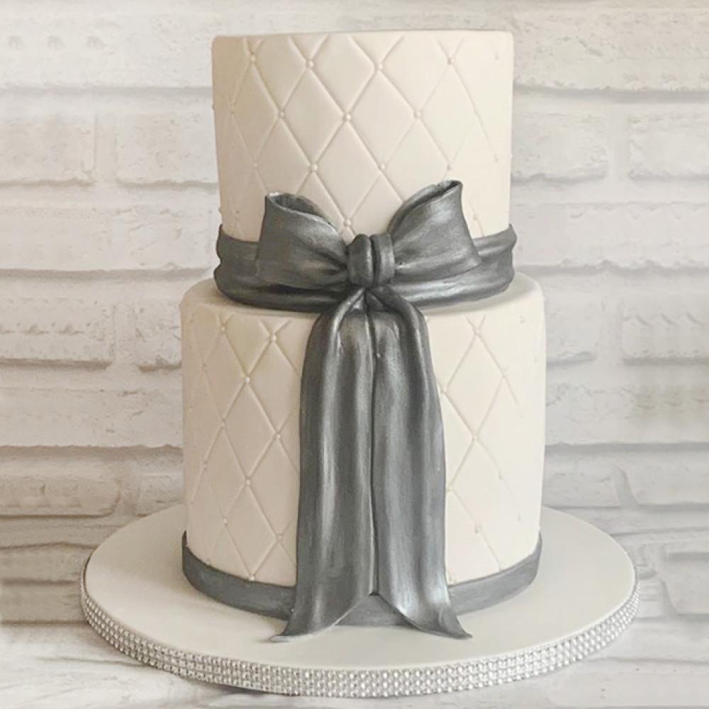 Двухъярусный свадебный торт с бантом