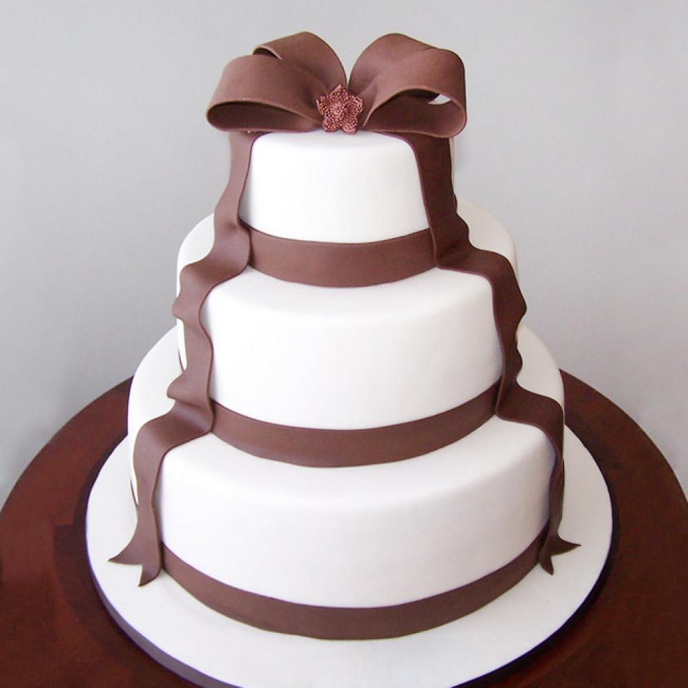Многоярусный свадебный торт с бантом