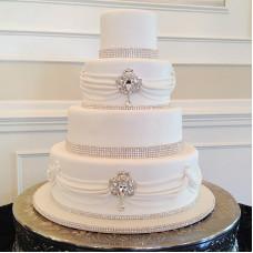 Свадебный торт с драпировкой и стразами