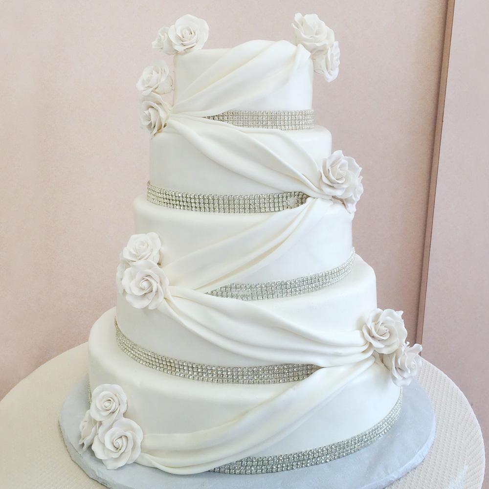 Торт с драпировкой и розами на свадьбу