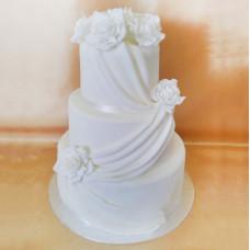 Классический белый торт с драпировкой и цветами