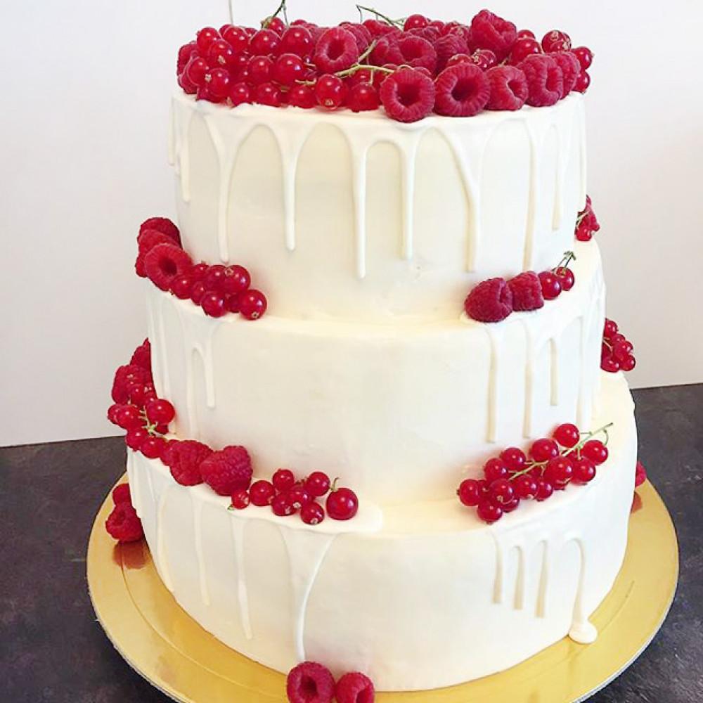 Свадебный торт с ягодами и шоколадными потеками