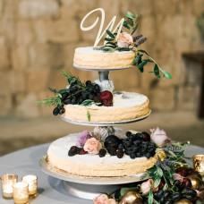 Торт свадебный с фруктами и цветами