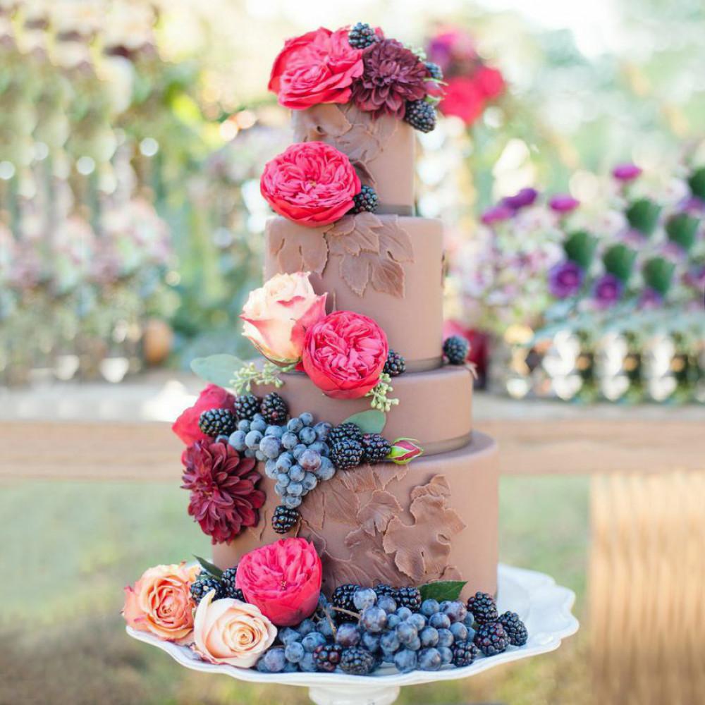 Свадебный торт с виноградом и цветами