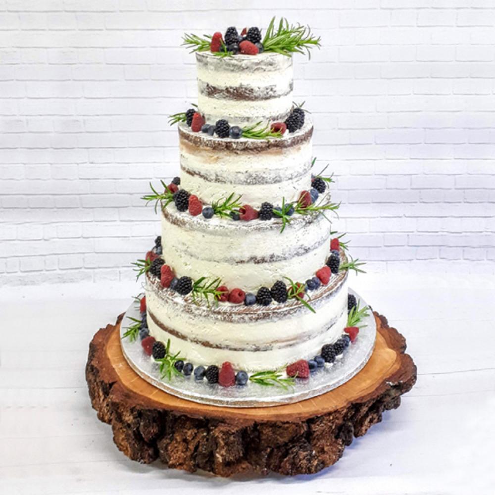 Свадебный торт украшенный ягодами