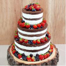 Шоколадный свадебный торт с ягодами