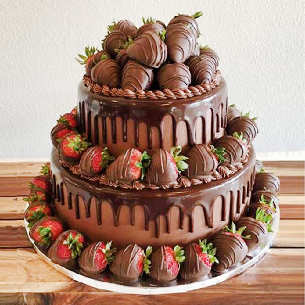 Двухъярусный свадебный торт с ягодами