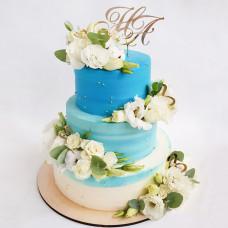 Свадебный торт с инициалами и цветами