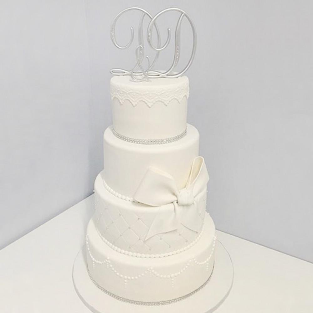 Свадебный торт с металлическими инициалами молодоженов