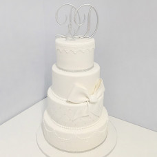 Свадебный торт с металлическими инициалами