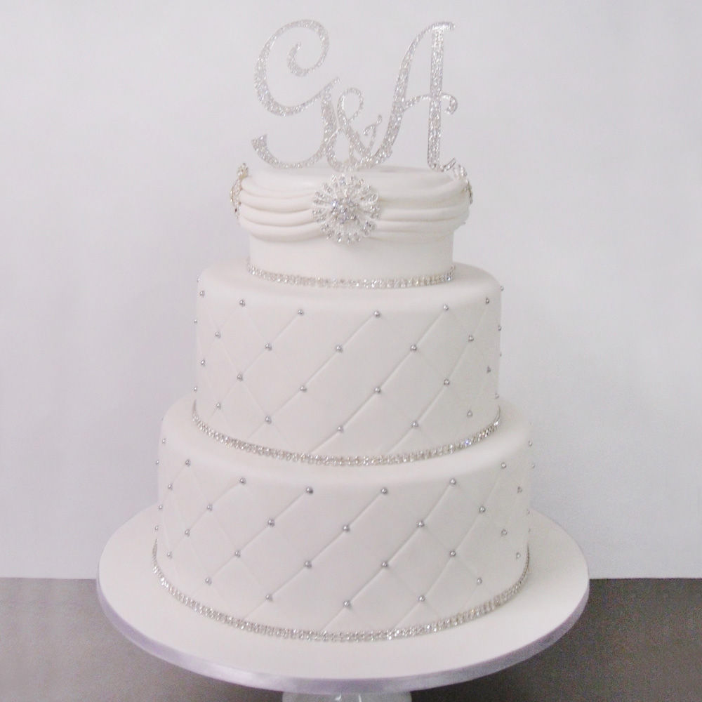 Свадебный торт с заглавными буквами имен молодоженов