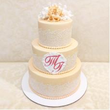 Свадебный торт с монограммами жениха и невесты