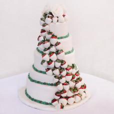 Свадебный торт с клубникой в белом шоколаде