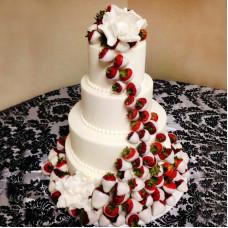 Свадебный торт украшенный клубникой
