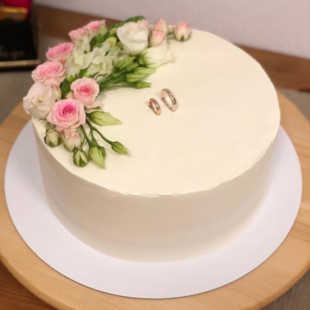 Свадебный торт с кольцами наверху