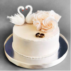 Свадебный торт с кольцами и лебедями
