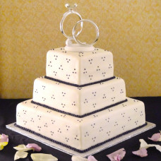 Свадебный торт с кольцами и инициалами