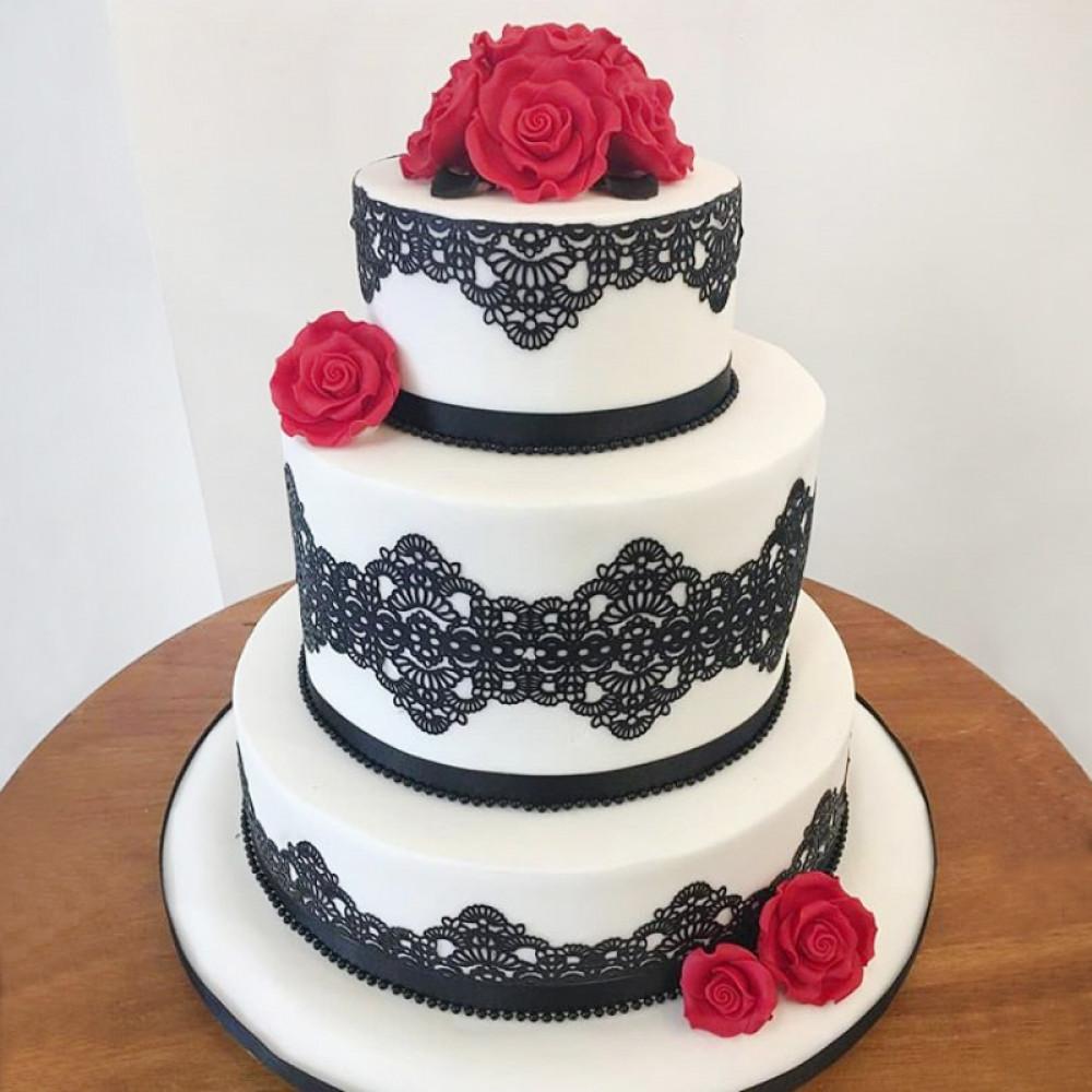 Свадебный торт с черным кружевом