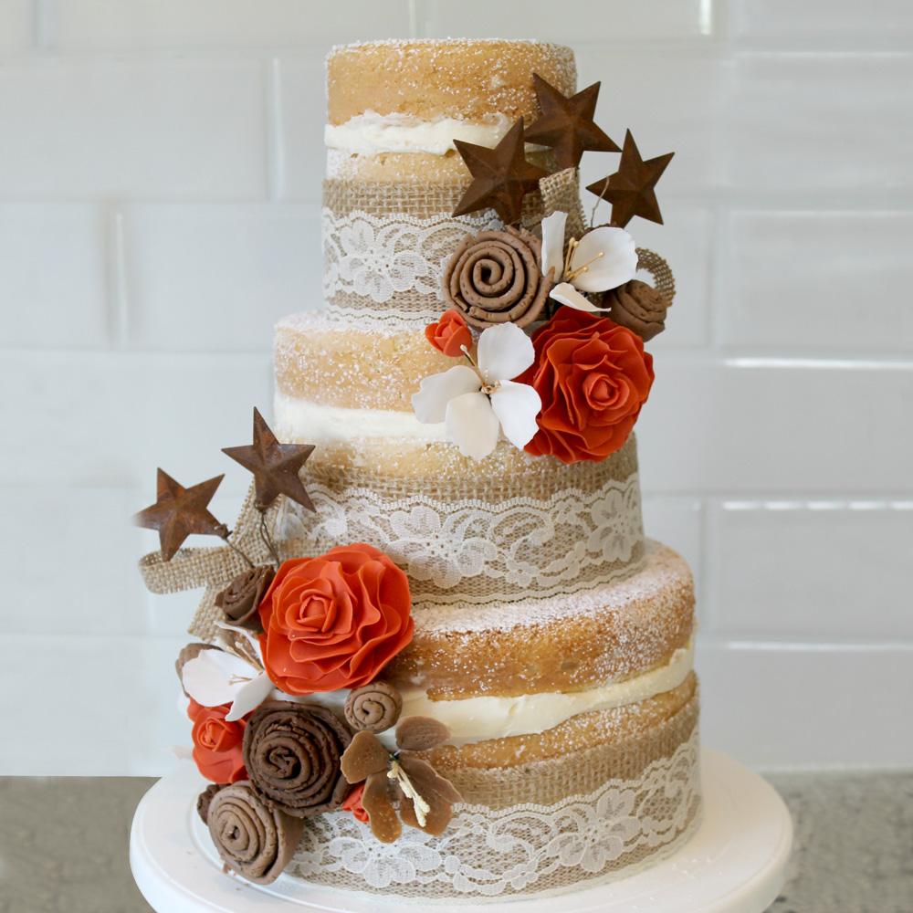 Свадебный торт с кружевом и цветами