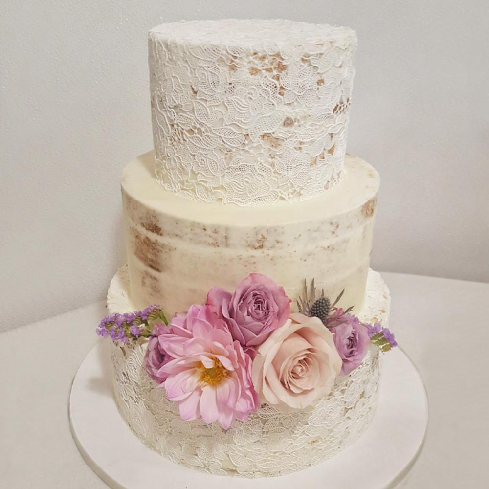 Открытый торт с кружевом
