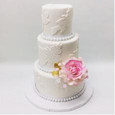 Свадебный белый торт с белым кружевом