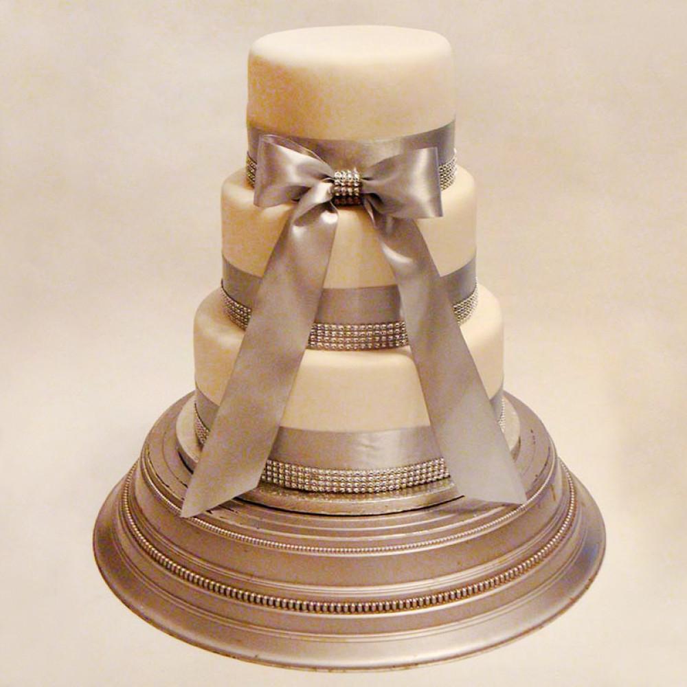 Свадебный торт с драгоценными камнями и лентами