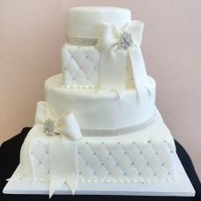 Свадебный торт с бантами и лентами из стразов