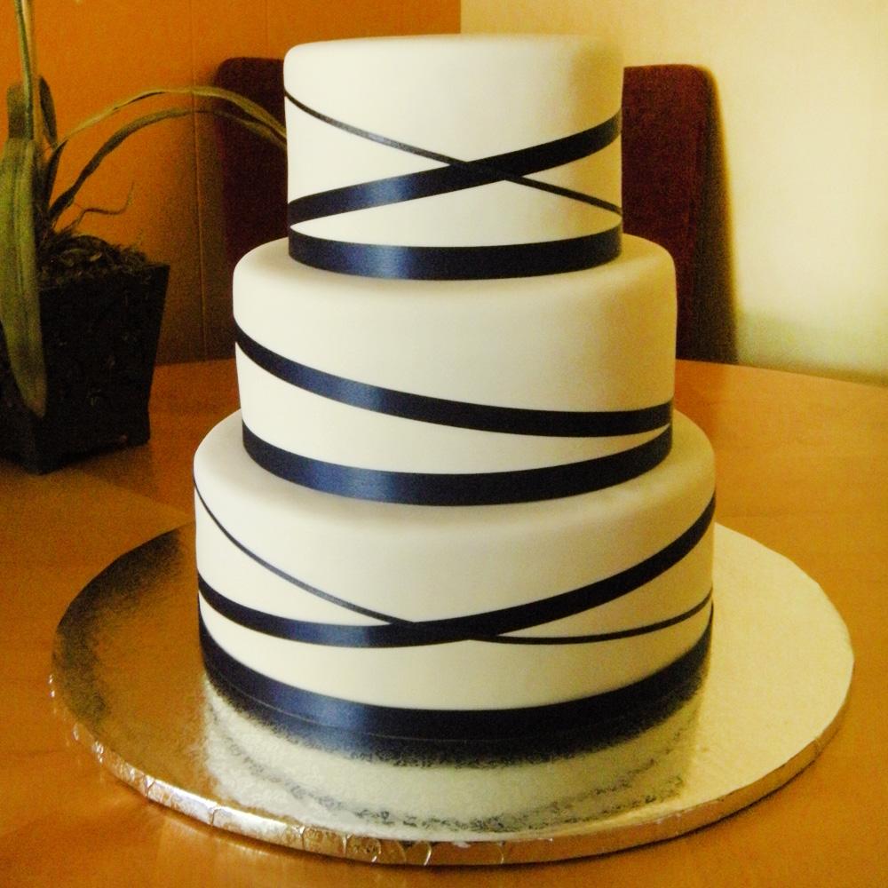 Торт украшенный атласными лентами