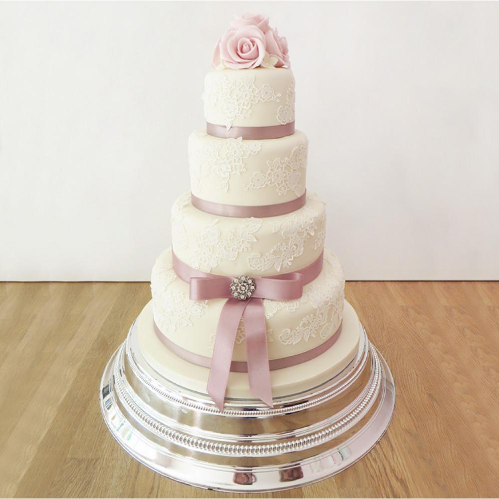 Свадебный торт с бантом, лентой и кружевом