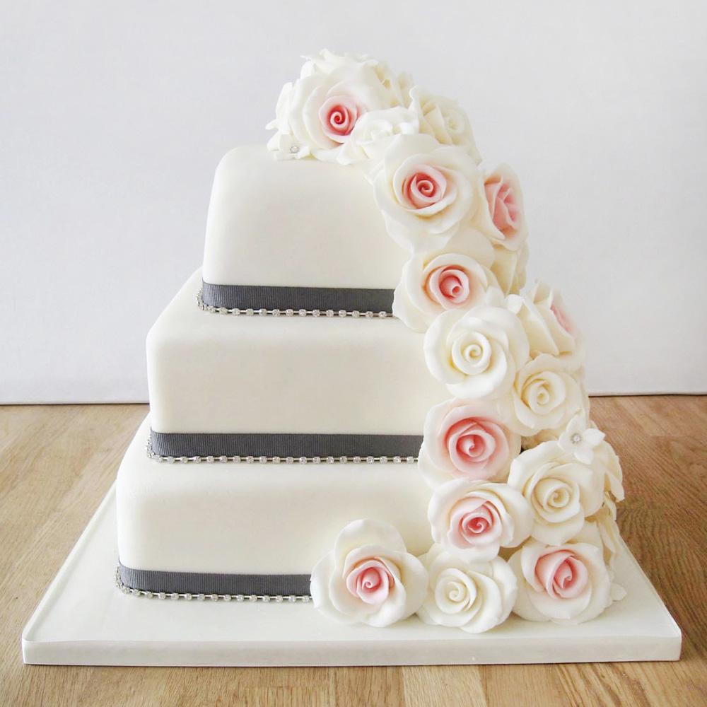 Свадебный торт с цветами и лентами