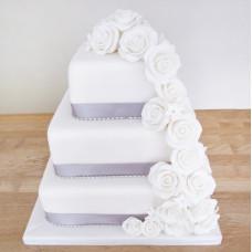 Квадратный торт с белыми розами и лентами на свадьбу