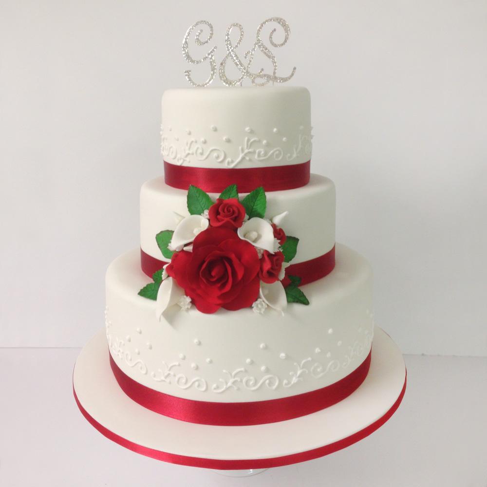 Торт с красными розами и свадебными лентами
