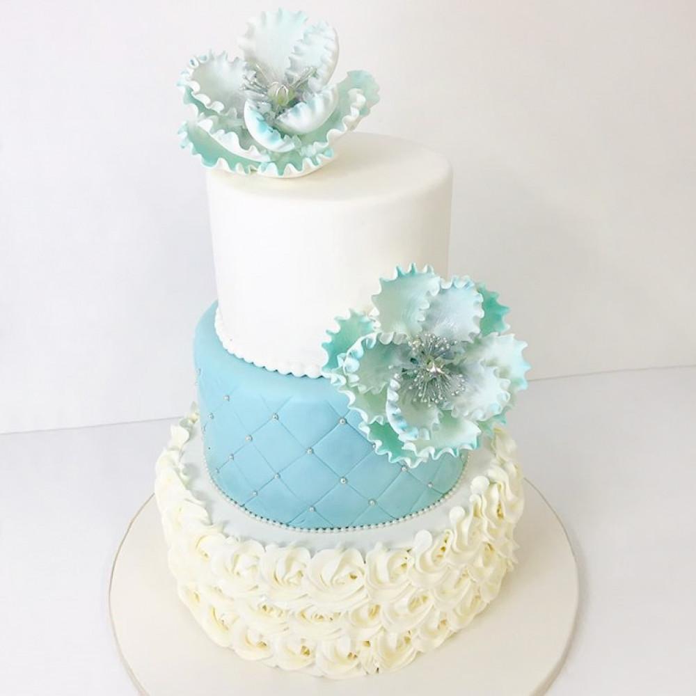 Свадебный торт с бусинами и цветами