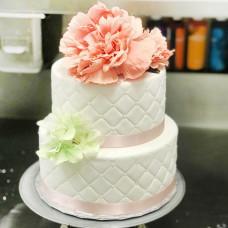 Свадебный торт с бусинами, лентами и цветами