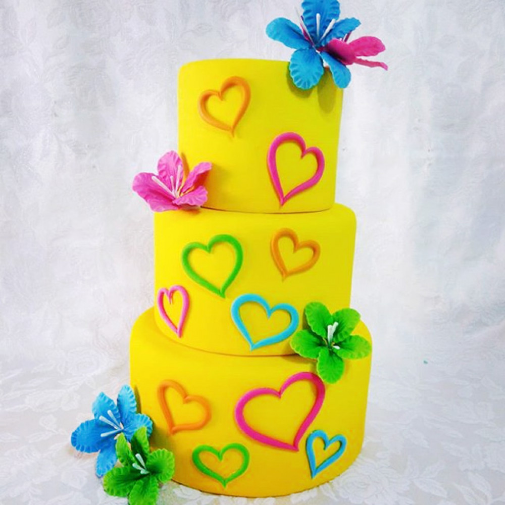 Яркий торт на свадьбу с сердцами