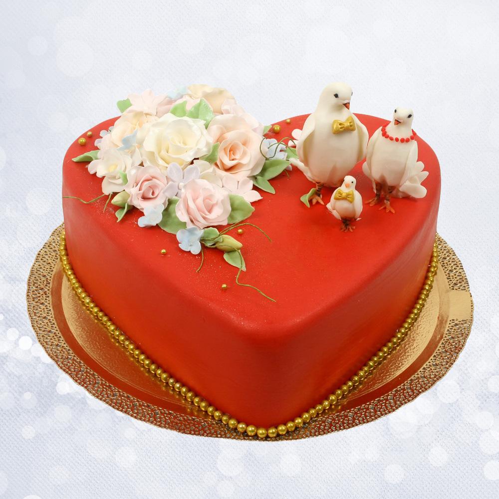 Свадебный торт сердце с голубями