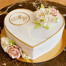 Свадебный торт сердце с цветами и инициалами