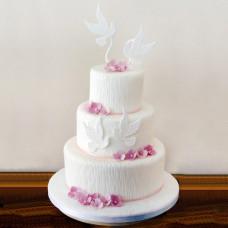 Свадебный торт с белыми голубями