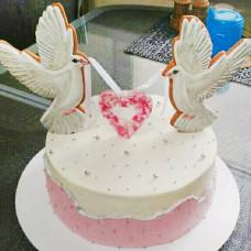 Свадебный торт с фигурками голубей