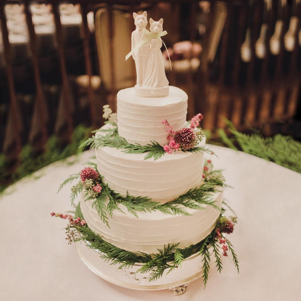 Свадебный торт с фигурками кошек